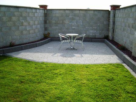 LANDSCAPED GARDEN: MELLIFONT NATURAL WITH NEWGRANGE KERBING