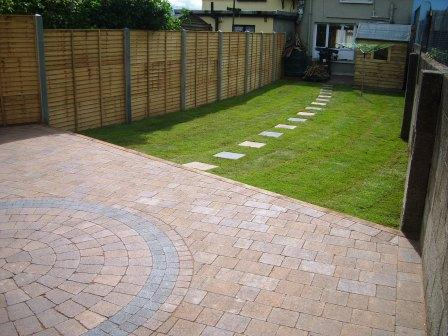 LANDSCAPED GARDEN & PATIO: CURRAGH GOLD WITH CIRCLE / RAVEN SETTS