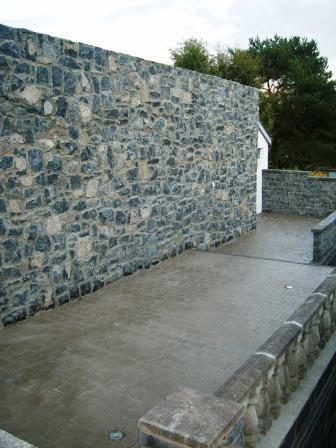 LIMESTONE WALL & PATIO AREA