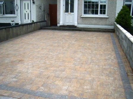 DRIVEWAY AREA: CURRAGH GOLD WITH RAVEN BORDER