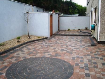 PATIO AREA: SYCAMORE WITH DAMSON CIRCLE / DAMSON BORDER/ DAMSON KERB BLOCK