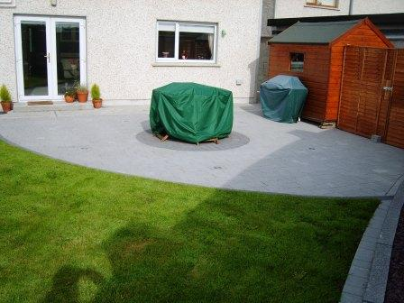 PATIO AREA: CURRAGH GOLD WITH RAVEN SETTS & BORDER
