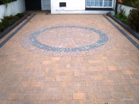 DRIVEWAY AREA:CURRAGH GOLD WITH RAVEN / CURRAGH GOLD SETTS & RAVEN BORDER. RAVEN KERB BLOCK