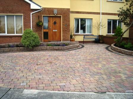 DRIVEWAY: MELLIFONT RUSTIC WITH CIRCLE / RAVEN SETTS BORDER