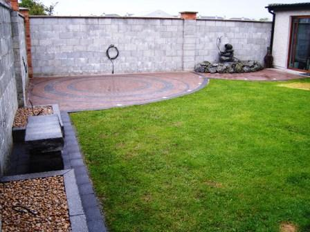 LANDSCAPED GARDEN: CURRAGH GOLD CIRCLE WITH RAVEN / CURRAGH GOLD SETTS. NEWGRANGE KERBING & SEAT
